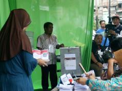 KPU DKI Jakarta menggelar dua tempat pemilihan suara ulang di TPS Utan Panjang, Kemayoran, Jakarta Pusat dan TPS 29 Kalibata, Jakarta Selatan tengah melakukan pemungutan suara ulang (PSU) Pemilihan Kepala Daerah Provinsi DKI Jakarta. AKTUAL/Munzir