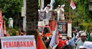 Ratusan umat muslim dari berbagai elemen organisasi melakukan aksi di depan Gedung Kementan, Jakarta, Selasa (7/2/2017). Dalam aksinya massa dari berbagai organisasi Islam mendesak kepada hakim agar terdakwa penodaan agama Basuki Tjahaja Purnama (Ahok) untuk di hukum seberat-beratnya. AKTUAL/Munzir