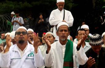 Memasuki waktu Salat Dzuhur, ratusan umat muslim yang menggelar aksi demonstrasi melaksanakan salat berjamaah di Jalan Jenderal Sudirman, di depan Mapolda Metro Jaya, Jakarta, Rabu (01/1/2017). Polda Metro Jaya memanggil imam besar FPI Habib Rizieq Shihab, Sekretaris Jenderal FPI Munarman, dan Ketua Gerakan Nasional Pengawal Fatwa Majelis Ulama Indonesia (GNPF-MUI) Bachtiar Nasir untuk dimintai keterangannya terkait kasus pemufakatan makar yang menjerat Sri Bintang Pamungkas. AKTUAL/Munzir