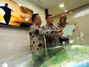 President Director ITDC Abdulbar M. Mansoer (tengah) didampingi Director ITDC Jatmiko K. Santosa (kiri) dan Corporate Secretary ITDC Yoanita Octavia berbincang di Kantor ITDC di Jakarta, Rabu, (22/2). ITDC akan mengembangkan kawasan Mandalika dengan standar kualitas tertinggi untuk sebuah destinasi pariwisata berwawasan lingkungan. Tahap pertama berupa infrastruktur dan fasilitas dalam kawasan seluas 1175 hektar ini telah mulai dikembangkan. Ditargetkan, hotel-hotel yang dibangun nantinya akan menyediakan kurang lebih 10 ribu kamar dengan hotel berkelas bintang 5. AKTUAL/Eko S Hilman