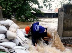 Sejumlah petugas Dinas Tata Air DKI Jakarta berjibaku menutup tanggul yang jebol Kali Sunter yang berada di belakang Perumahan Cipinang Indah, Jakarta Timur, Selasa (21/2/2017). Tembok yang juga menjadi tanggul Kali Sunter di kawasan Cipinang Indah jebol akibat tak mampu menahan besarnya debit air yang melintas. Hasilnya, kawasan Jakarta Timur terendam banjir. AKTUAL/Munzir