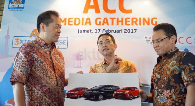 CEO Astra Credit Companies (ACC), Jodjana Jody (kiri) berbincang  Deputy Chief Sales Officer ACC, Ezar Kumendong (tengah) serta Retail Sales Division Head ACC, Devy Santoso Jayadi (kanan) disela kegiatan peluncuran 3 jurus andalan ACC sambut usia 35 tahun dan HUT astra ke 60 Tahun di Jakarta,Jumat (17/2). ACC,perusahaan pembiayaan pertama Astra meluncurkan 3 program anatara lain VIP Access,Program Undian Berhadiah 3xtra 5urprise,60 Get It serta Loyalty Customer Gathering dalam bentuk bazaar kendaraan produk Astra. Ketiga program atau jurus andalan ACC ini diharapkan semakin memberikan nilai tambah bagi pelanggan setia dengan bunga yang kompetitif,proses yang cepat, mudah dan pelayanan prima. AKTUAL/Eko S Hilman