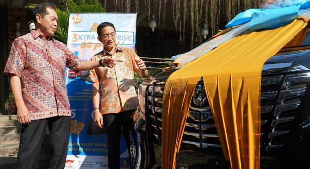 CEO Astra Credit Companies (ACC), Jodjana Jody (kiri) bersama Deputy Chief Sales Officer ACC, Ezar Kumendong (kanan) memperlihatkan hadiah utama 1 buah mobil Toyota Alphard disela kegiatan peluncuran 3 jurus andalan ACC sambut usia 35 tahun dan HUT astra ke 60 Tahun di Jakarta,Jumat (17/2). ACC,perusahaan pembiayaan pertama Astra meluncurkan 3 program anatara lain VIP Access,Program Undian Berhadiah 3xtra 5urprise,60 Get It serta Loyalty Customer Gathering dalam bentuk bazaar kendaraan produk Astra. Ketiga program atau jurus andalan ACC ini diharapkan semakin memberikan nilai tambah bagi pelanggan setia dengan bunga yang kompetitif,proses yang cepat, mudah dan pelayanan prima. AKTUAL/Eko S Hilman