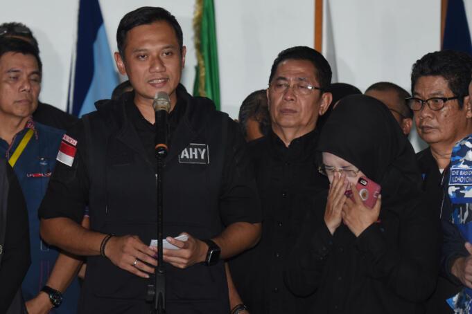 Calon Gubernur DKI Jakarta Agus Harimurti Yudhoyono (kiri) didampingi Calon Wakil Gubernur Slyviana Murni (kedua kanan) dan Anggota Tim Pemenangannya memberikan keterangan pers di Posko Tim Pemenangan Agus-Slyvi, Jakarta, Rabu (15/2). Pasangan Agus-Slyvi mengakui kekalahannya dalam PIlkada DKI Jakarta serta mengucapkan selamat kepada pasangan Ahok-Djarot dan Anies-Sandi. ANTARA FOTO/Akbar Nugroho Gumay/aww/17.