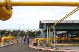 Pekerja beraktivitas di Metering Station Muara Tawar PT Pertamina Gas, di kawasan Tarumajaya, Kabupaten Bekasi, Jawa Barat, Kamis (9/2). PT Pertamina Gas melalui pipa gas Muara Karang-Muara Tawar mengalirkan gas 25-30 MMSCFD ke Pembangkit Listrik Tenaga Gas (PTLG) Muara Tawar, pipa berdiameter 24 inch sepanjang 30 kilometer dengan kapasitas maksimal 270 MMSCFD tersebut diharapkan mampu memenuhi energi bagi kebutuhan listrik yang semakin besar sekaligus mampu mendorong pertumbuhan industri. ANTARA FOTO/Risky Andrianto/pd/17