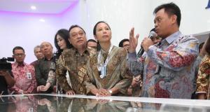 Menteri BUMN Rini M Soemarno (kiri) bersama Direktur Utama BTN Maryono mencoba fasilitas di ruang Smart Branch Bank BTN kantor Cabang Harmoni saat peresmian di Jakarta, Kamis (9/2). Peresmian Smart Branch yang dilakukan dalam rangka HUT ke-67 Bank BTN tersebut untuk memberikan fasilitas baru bagi nasabah dalam mengakses layanan perbankan seperti pembukaan rekening, transaksi perbankan hingga pengajuan pembiayaan. AKTUAL/Eko S Hilman