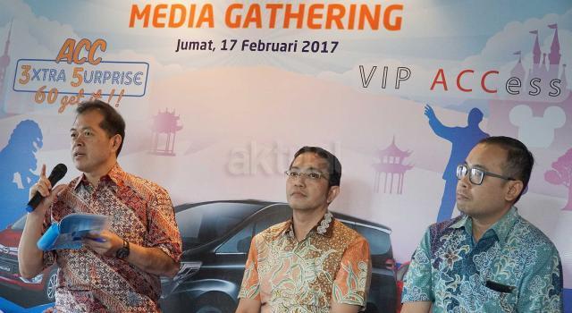 CEO Astra Credit Companies (ACC), Jodjana Jody (kiri) didampingi Deputy Chief Sales Officer ACC, Ezar Kumendong serta Retail Sales Division Head ACC, Devy Santoso Jayadi (kanan) saat menjelaskan 3 jurus andalan ACC sambut usia 35 tahun dan HUT astra ke 60 Tahun di Jakarta,Jumat (17/2). ACC,perusahaan pembiayaan pertama Astra meluncurkan 3 program anatara lain VIP Access,Program Undian Berhadiah 3xtra 5urprise,60 Get It serta Loyalty Customer Gathering dalam bentuk bazaar kendaraan produk Astra. Ketiga program atau jurus andalan ACC ini diharapkan semakin memberikan nilai tambah bagi pelanggan setia dengan bunga yang kompetitif,proses yang cepat, mudah dan pelayanan prima. AKTUAL/Eko S Hilman