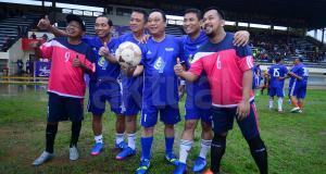 Direktur Utama BTN, Maryono (ketiga dari kiri) bersama Direksi BTN lainnya seusai bermain bola eksibition antara team eksekutif BTN melawan artis di Lapangan PTIK,Jakarta Selatan,Minggu (19/2).BTN menyelenggarakan pertandingan bola antar kantor wilayah di seluruh Indonesia memperebutkan Piala bergilir Dirut BTN Cup 2017.Turnamen ini diselenggarakan sebagai rangkaian HUT BTN yang pada tanggal 9 Pebruari 2017 lalu genap berusia 67 tahun. AKTUAL/Eko S Hilman