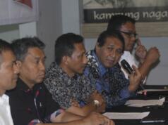 Perwakilan dari relawan NKRI Nazaruddin Ibrahim, Syaiful, Yayong Waryono, Rambun Tjajo dan Brigaldo Sinaga (kiri ke kanan) menggelar konferensi pers di Jakarta, Senin (13/2). Relawan NKRI menyerukan kepada para pasangan calon pilkada khususnya Pilkada DKI Jakarta untuk berkompetisi secara ksatria dan menghindari praktik-praktik kejahatan pemilu seperti intimidasi dan politik uang agar terciptanya suasana yang damai. AKTUAL/Tino Oktaviano