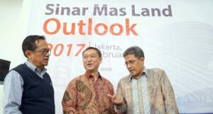 """Direktur PT Bumi Serpong Damai Tbk, Hermawan Wijaya (kanan) saat melakukan pemaparan pada """"Sinar Mas Land Outlook 2017"""" di Jakarta, Selasa (21/2). BSDE, perusahaan properti dengan kapitalisasi terbesar di Indonesia akan memacu penjualan produk komersial pada tahun 2017 untuk mencapai target marketing sales Rp 7,23 triliun. BSDE akan mengenjot marketing sales segmen komersial pada tahun ini dengan target Rp 2,85 triliun atau naik 71% dibandingkan pencapaian tahun lalu Rp 1,67 triliun. AKTUAL/Eko S Hilman"""