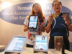 Presdir BCA Jahja Setiaatmadja menunjukkan Paspor BCA dengan wajah baru yang diluncurkan bersamaan dengan peringatan HUT ke-60 BCA di Jakarta, Rabu (22/2). Selain wajah baru paspor, BCA juga meluncurkan aplikasi eBranch BCA, Halo BCA Chat dan Virtual Assistant Chat Banking (VIRA), serta sejumlah penawaran diskon untuk KPR dan KKB. AKTUAL/Eko S Hilman