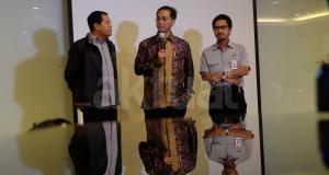 Direktur Utama PT Semen Indonesia Tbk (SMGR), Rizkan Chandra (tengah) didampingi Direktur Proyek dan Enginiring Gatot Kustyadji (kanan) dan Sekertaris Perusahaan Agung Wiharto saat memberikan keterangan terkait perkembangan terkini pembangunan pabrik semen Rembang, Jawa Tengah di Jakarta, Rabu (22/3). Rizkan mengatakan masih menunggu Kajian Lingkungan Hidup Strategis (KLHS) yang akan keluar bulan depan, terkait keberadaan pabrik PT Semen Indonesia di pegunungan Kendeng, Rembang, Jawa Tengah. AKTUAL/Eko S Hilman