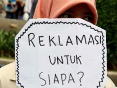 Sejumlah mahasiswa dari berbagai kampus yang tergabung dalam Aliansi BEM Seluruh Indonesia melakukan aksi menolak Reklamasi Teluk Jakarta, di kawasan CFD, Jakarta, Minggu ( 26/3/2017). Dalam aksinya, mereka menolak Reklamasi Teluk Jakarta, karena ini menjadi salah satu bukti negeri ini belum berpihak kepada Rakyatnya. Reklamasi Teluk Jakarta tidak memberi nilai tambah pada Jakarta dan Reklamasi menghilangkan ladang pekerjaan bagi para nelayan. AKTUAL/Munzir