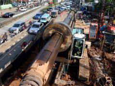 Kemacetan kendaraan yang akan melintasi terowongan proyek pembangunan double-double track untuk Manggarai-Jatinegara, Jakarta, Jumat (24/3/2017).Kemacetan tersebut terjadi akibat imbas dari penyempitan jalan karena adanya proyek pengeboran jalan untuk pemancangan tiang jalur double-double track kereta api yang memakan sisi jalan tersebut. AKTUAL/Munzir