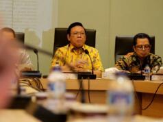 Ketua Dewan Pakar Partai Golkar Agung Laksono (tengah) didampingi Wakilnya Firman Soebagyo (kiri), dan Mahyudin memimpin rapat Dewan Pakar di kantor pusat DPP Golkar, Jakarta, Selasa (14/3/2017). Dewan Pakar Partai Golkar melakukan rapat Pleno VIII membahas isu terkini dan isu korupsi e-KTP. AKTUAL/Munzir