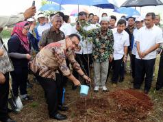 Wakil Walikota Jakarta Selatan Irmansyah usai menanam pohon saat peringatan Hari Air Dunia 2017 di di Sarana Penampungan Air (SPA) milik PAM JAYA di daerah Cilandak, JAkarta Selatan, Sabtu (25/3). PAM JAYA bersama PALYJA, AETRA, PAL JAYA, Gerakan Ciliwung Bersih, Komunitas Peduli Ciliwung, STT PLN, Sekolah Sungai Jakarta, Indofood dan Stakeholders lainnya berkolaborasi bersama untuk terus menyuarakan pentingnya menjaga air Jakarta dan sebagai bentuk komitmen perusahaan, pelaku dan pemerhati Air dalam masalah Air dan Air Limbah. AKTUAL/Tino Oktaviano