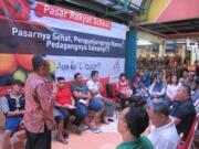 """Sinar Mas Land kembali mengadakan """"Pasar Rakyat School"""" di Pasar Modern BSD City, Kamis (23/03/2017). Kegiatan tersebut sebagai bentuk usaha untuk mendukung pertumbuhan perekonomian masyarakat Indonesia khususnya Usaha Mikro-Kecil dan Menengah (UMKM). Tema yang diberikan kali ini adalah cara usaha mikro dan kecil mengakses fasilitas perbankan yang diajarkan oleh Bank Rakyat Indonesia. AKTUAL/Eko Hilman"""