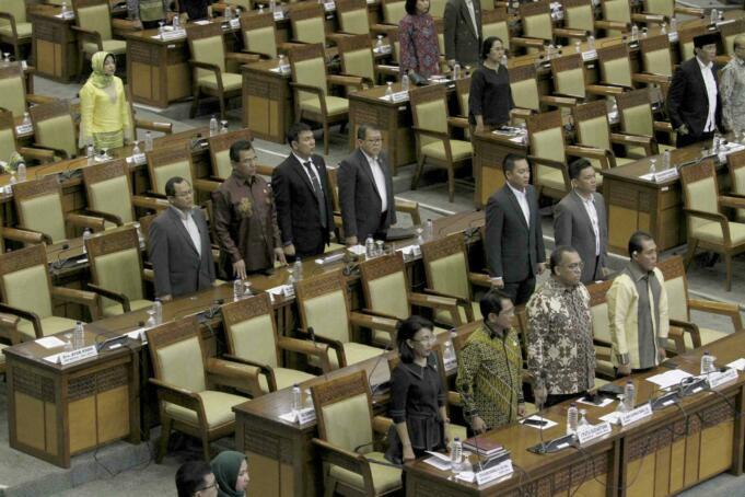 Sejumlah anggota DPR Pembukaan Masa Persidangan IV tahun Sidang 2016-2017 di Kompleks Parlemen, Senayan, Jakarta, Rabu (15/3). DPR berkomitmen mempercepat proses pembahasan RUU yang menjadi prioritas tahun 2017 diantaranya 10 RUU, yaitu RUU tentang Penyelenggaraan Pemilu, RUU (MD 3), RUU tentang KUHP dan RUU tentang Pemberantaran Terorisme. AKTUAL/Tino Oktaviano