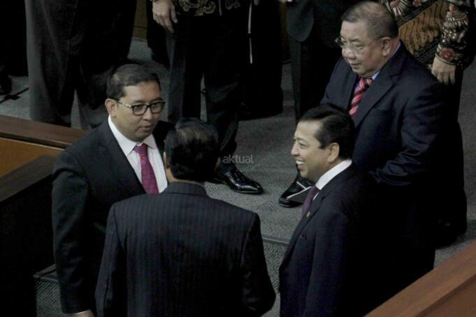 Ketua DPR Setya Novanto berbincang dengan sebelum Pembukaan Masa Persidangan IV tahun Sidang 2016-2017 di Kompleks Parlemen, Senayan, Jakarta, Rabu (15/3). DPR berkomitmen mempercepat proses pembahasan RUU yang menjadi prioritas tahun 2017 diantaranya 10 RUU, yaitu RUU tentang Penyelenggaraan Pemilu, RUU (MD 3), RUU tentang KUHP dan RUU tentang Pemberantaran Terorisme. AKTUAL/Tino Oktaviano