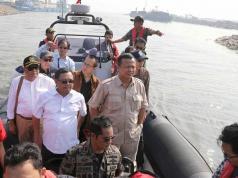 Ketua Komisi IV DPR RI Edhy Prabowo didampingi Wakil Ketua Komisi IV Herman Kheron dan Anggota lainnya meninjau pulau reklamasi di Teluk Jakarta, Jumat (24/3). Peninjauan ini sebagai bentuk kerja Komisi IV DPR RI yang telah membentuk panita kerja (Panja) reklamasi teluk Jakarta, untuk mengawasi agar tidak ada peraturan yang dilanggar dalam proyek tersebut juga bencana sosial dan lingkungan. AKTUAL/Tino Oktaviano