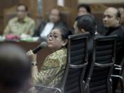 Tiga penyidik KPK Novel Baswedan (ketiga kanan), Ambarita Damanik (keempat kanan), M Irwan Santoso (kelima kanan) saat dikonfrontasi dengan mantan anggota Komisi II DPR 2009-2014 Fraksi Partai Hanura Miryam S Haryani (kiri bawah) dalam sidang kasus tindak pidana korupsi pengadaan pekerjaan KTP elektronik (E-KTP) dengan terdakwa Sugiharto (kanan) dan Irman (kiri atas) di Pengadilan Tipikor, Jakarta Pusat, Kamis (30/3). Dalam persidangan tersebut, Miryam menyangkal keterangan BAP penyidik KPK yang diperiksa atas dirinya. AKTUAL/Tino Oktaviano