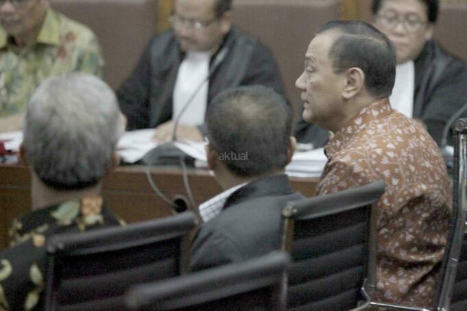 Gubernur Bank Indonesia Agus Martowardojo, Anggota DPR Komisi III Agun Gunandjar dan Gubernur Jateng Ganjar Pranowo dalam sidang kasus tindak pidana korupsi pengadaan pekerjaan KTP elektronik (E-KTP) dengan terdakwa Sugiharto (kanan) dan Irman (kiri atas) di Pengadilan Tipikor, Jakarta Pusat, Kamis (30/3). Dalam persidangan tersebut, Miryam menyangkal keterangan BAP penyidik KPK yang diperiksa atas dirinya. AKTUAL/Tino Oktaviano