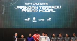 Deputy Executive Vice President Divisi Enterperise Service Telkom Suhartono (tengah) saat Soft Launching Jaringan Terpadu Pasar Modal (JTPM) Telkom di Auditorium BEI.