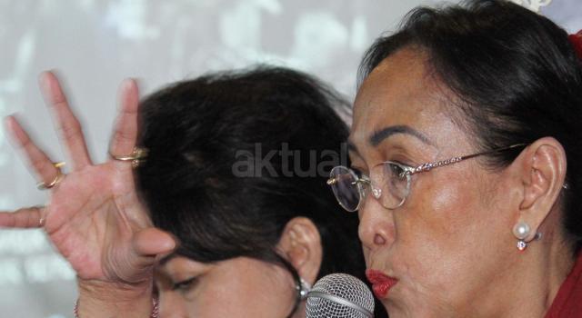 Putri Presiden pertama Indonesia, Sukarno, Sukmawati Soekarnoputri (kanan), bersama Pengamat militer dan intelejen Susaningtyas Nefo Handayani Kertopati (tengah) dan Pengamat Kebijakan Publik Witler Silitonga (kiri) berbicara saat diskusi di Jakarta, Senin (20/3/2017). Diskusi yang diselenggarakan oleh Lembaga Pemilih Indonesia (LPI) mengambil tema  'Menelaah Radikalisme di Pilkada DKI Jakarta' AKTUAL/Munzir