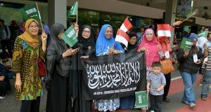Sejumlah massa yang tergabung dalam Gerakan Muslimah Memilih Pemimpin (GMMP) menggelar aksi simpatik untuk menyambut kedatangan Raja Arab Saudi, Salman bin Abdulaziz Al-Saud di Bandara Halim Perdana Kusuma, Jakarta Timur, Rabu (1/3/2017). Diperkirakan Raja Salman dan rombongan tiba di Indonesia pada pukul 12.45 WIB untuk melakukan kerja sama bilateral dengan pemerintah Indonesia. AKTUAL/Munzir