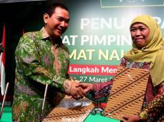 Ketua Umum DPP Muslimat NU Khofifah Indar Parawansa (kanan) dan Presiden Komisaris PT Humpuss Group Hutomo Mandala Putra (kiri) menghadiri acara penandatanganan nota kesepahaman antara Humpuss Group dengan Muslimat NU disela-sela acara Penutupan Rapimnas PP Muslimat NU di Jakarta, Senin (27/3/2017). Bentuk kerja sama yang dilakukan salah satunya dengan membangun kemitraan UMKM antara anggota muslimat NU dan PT Putri Satu Tujuh, salah satu perusahaan produsen gula yang dimiliki oleh Tommy Soeharto. AKTUAL/Munzir