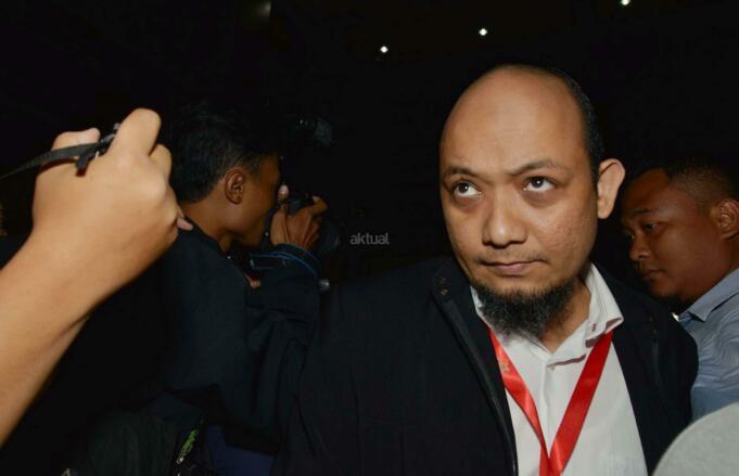 Tiga penyidik KPK Novel Baswedan, Ambarita Damanik dan M Irwan Santoso tiba untuk menjadi saksi sidang kasus tindak pidana korupsi pengadaan pekerjaan KTP elektronik (E-KTP) dengan terdakwa Sugiharto dan Irman di Pengadilan Tipikor, Jakarta Pusat, Senin (27/3/2017). Sidang kasus tindak pidana korupsi pengadaan pekerjaan KTP elektronik (E-KTP) ditunda karena saksi selaku anggota Komisi II DPR 2009-2014 Fraksi Partai Hanura Miryam S Haryani tidak hadir karena sakit, padahal JPU KPK sudah menghadirkan tiga saksi dari penyidik KPK terkait pengakuan Miryam yang ditekan saat diperiksa penyidik. AKTUAL/Munzir