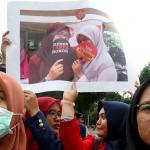 Sejumlah mahasiswa dari berbagai Universitas yang tergabung dalam Gebrak (Aliansi Gerakan Bersama Lawan Industri Rook) melakukan aksi unjuk rasa di depan Istana Merdeka, Jakarta, Selasa (14/3/2017). Dalam aksinya para mahasiswa mendesak Presiden Jokowi untuk menolak Rancangan Undang-udang (RUU) Pertembakauan. AKTUAL/Munzir
