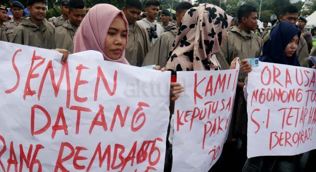 Ratusan warga Rembang yang tergabung dalam Laskar Broteseno menunjukan KTPnya sebagai bentuk dukungan terhadap pembangunan Pabrik Semen Indonesia, di depan Istana Merdeka, Senin (20/3/2017). Dalam aksinya para warga Rembang mendesak Presiden Jokowi untuk merespon tuntutan warga yang mendukung pembangunan Pabrik Semen Indonesia di Rembang. AKTUAL/Munzir