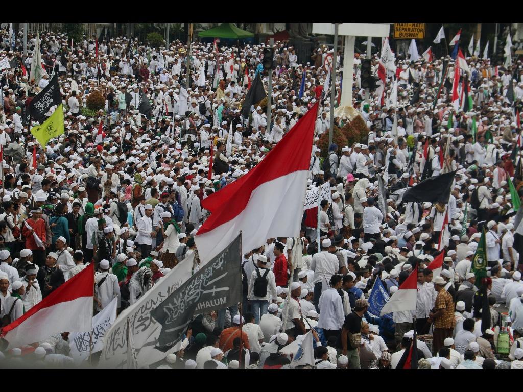Ratusan ribu umat Islam melakukan aksi di kawasan patung Arjuna, Jakarta, Jumat (31/3/2017). Dalam aksinya massa tertahan tidak bisa menuju depan Istana Merdeka. Massa pun melakukan orasi dikawasan patung Arjuna dan sekitarnya. AKTUAL/Munzir