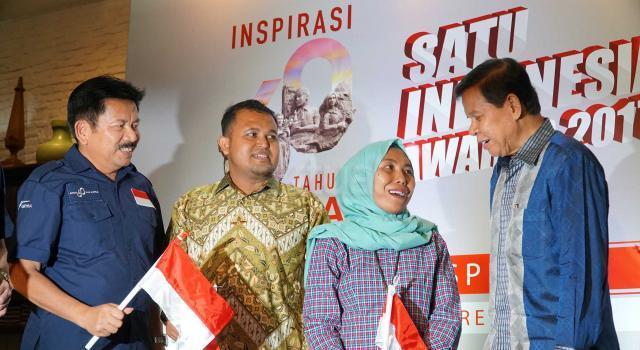 Wakil Menteri Pendidikan Nasional RI 2010-2012 sekaligus Juri Semangat Astra Terpadu Untuk Indonesia (SATU Indonesia) Awards Fasli Jalal (kanan) berbincang dengan Penerima Apresiasi SATU Indonesia Awards 2015 Risna Hasanudin (kedua dari kanan), Penerima Apresiasi SATU Indonesia Awards 2016 Ichsan Rusydi (kedua dari kiri) disaksikan Head of Public Relations Astra International Yulian Warman (kiri) pada acara Kick off SATU Indonesia Awards 2017 dan bincang inspiratif di Jakarta, Senin (20/3). Sejak Tahun 2010, PT Astra International Tbk melalui program SATU Indonesia Awards terus berdedikasi untuk mencari anak anak muda Indonesia yang kreatif dan mampu memberdayakan serta menggerakkan masyarakat daerah tempat tinggalnya, untuk tujuan positif, mulai dari ujung timur sampai barat Nusantara. Peringati 60 Tahun Astra, Penerima SATU Indonesia Awards 2017 memperoleh masing-masing Rp 60 Juta. AKTUAL/Eko S Hilman