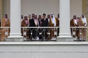 Presiden Joko Widodo (keenam kanan) bersama Raja Arab Saudi Salman bin Abdulaziz Al-Saud (kelima kiri) melambaikan tangan saat kunjungan kenegaraan, di beranda Istana Bogor, Jawa Barat, Rabu (1/3). Presiden mengatakan bahwa kunjungan tersebut menjadi titik tolak bagi peningkatan hubungan kerja sama Indonesia dan Arab Saudi. ANTARA FOTO/Puspa Perwitasari/kye/17