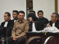 Gubernur DKI Jakarta nonaktif Basuki Tjahaja Purnama alias Ahok (kedua kiri) berbincang dengan penasehat hukumnya saat menjalani sidang lanjutan kasus dugaan penistaan agama di PN Jakarta Utara, Auditorium Kementerian Pertanian, Jakarta, Rabu (29/3). Sidang ke-16 itu beragendakan mendengarkan keterangan dari tujuh saksi ahli yang dihadirkan pihak penasehat hukum. ANTARA FOTO/Hafidz Mubarak A./aww/17.