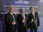 Gubernur Jawa Barat Ahmad Heryawan (tengah) acungkan jempol bersama Dirut Bank Bjb Ahmad Irfan (kanan) dan Komisaris Utama Klemi Subiyantoro pada Rapat Umum Pemegang Saham Tahunan (RUPST) Bank Bjb di Hotel Aryaduta, Jalan Sumatera, Kota Bandung, Rabu (29/3/2017). AKTUAL/HO