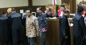 Anggota DPR Fraksi PAN Teguh Juwarno (kanan) dan mantan pimpinan Komisi II DPR Taufik Efendi (kiri) bersaksi pada sidang lanjutan dugaan Korupsi proyek e-KTP dengan terdakwa mantan pejabat Kementerian Dalam Negeri Irman dan Sugiharto di Pengadilan Tipikor Jakarta, Kamis (23/3/2017). Dalam sidangAnggota DPR Fraksi PAN Teguh Juwarno dan mantan pimpinan Komisi II DPR Taufik Efendi membantah adanya pembagian uang di ruang kerja anggota Komisi II DPR RI Mustokoweni pada September atau Oktober 2010. AKTUAL/Munzir