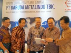 Direktur Utama PT Metalindo Tbk (BOLT) Hendra Widjaja (tengah) berbincang dengan (dari kiri ke kanan), Direktur Independen Iwan Harianto, Direktur Operasional Janto Inggonoto, Direktur Komersial Ervin wijaya serta Komisaris Independen Rodion Wikanto Njotowidjojo usai Rapat Umum Pemegang Saham Tahunan (RUPST) di Jakarta, Kamis (23/3). BOLT sebagai produsen berbagai jenis fasteners (mur dan baut) dan komponen otomotif lainnya khususnya untuk pasar otomotif mengalami pertumbuhan penjualan di tahun 2016 sebesar Rp 30,3 miliar atau naik 3,53% dibandingkan dengan tahun lalu. Sementara dana hasil IPO perseroan telah digunakan sebesar Rp 206,8 miliar dari total dana sebesar Rp 252,3 miliar. AKTUAL/Eko S Hilman