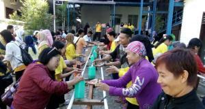 Peserta melakukan cuci tangan bersama untuk memecahkan rekor Muri di Jakarta, Minggu (19/3/2017). Museum Rekor Indonesia (MURI) memberikan penghargaan kepada Persatuan Perawat Nasional Indonesia (PPNI) atas prakarsanya dalam Gerakan Cuci Tangan Nasional yang dilaksanakan secara serentak Se-Indonesia. Peserta Gerakan Cuci Tangan Nasional diikuti 200 ribu peserta dari seluruh Indonesia. AKTUAL/Eko S Hilman