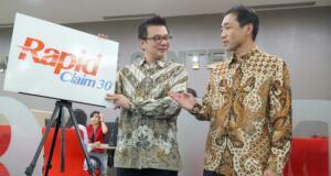 Direktur Panin Dai-ichi Life Andrew Bain (kiri) berbincang dengan Direktur Kenichi Fukuda (kanan) disela peluncuran inovasi layanan klaim asuransi singkat, proses layanan klaim cepat Rapid Claim 30, di Customer Care Center, kantor pusat Panin Dai-Ichi Life, Jakarta, Jumat (17/3). Perusahaan asuransi jiwa Panin Dai-Ichi Life, meluncurkan Rapid Claim 30, layanan klaim yang mudah dan cepat (30 menit) untuk pemegang polisnya, dengan cara mengunjungi Customer Care Center di kantor pusat Panin Dai-Ichi Life Jakarta. Sebagai bukti komitmen dalam pembayaran klaim kepada nasbah, sepanjang tahun 2016, Panin Dai-ichi Life telah membayarkan sebanyak lebih dari 14.300 klaim dengan nilai mencapai lebih dari Rp 163 miliar, yang termasuk klaim kematian, kesehatan, jatuh tempo dan lain lain. AKTUAL/Eko S Hilman