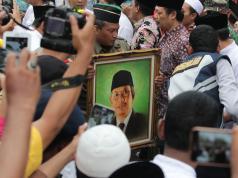 Ratusan orang mengiringi pemakaman KH Hasyim Muzadi di Pondok Pesantren Al-Hikam, Depok, Jawa Barat, Kamis (16/3). Pemakaman dipimpin langsung oleh Wakil Presiden RI Jusuf Kalla dengan upacara kenegaraan dalam pemakaman ini. KH Hasyim Muzadi menghembuskan napas terakhir di usia 72 tahun, pada Kamis, 16 Maret 2017 di Malang, Jawa Timur. AKTUAL/Tino Oktaviano