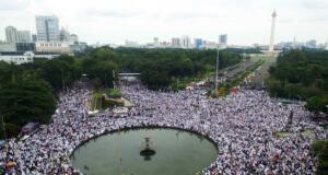 Ribuan umat Islam yang tergabung dalam Gerakan Nasional Pengawal Fatwa (GNPF) melakukan aksi unjuk rasa didepan gedung Pengadilan Negeri Jakarta Utara, di jalan Gajah Mada, Jakarta, Jumat (28/4/2017). Dalam aksinya ribuan umat Islam mendesak agar Majelis Hakim agar terdakwa kasus penistaan agama Basuki Tjahaja Purnama (Ahok) dihukum 5 tahun sesuai dengan Undang-Undang. AKTUAL/Tri- Rendra