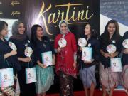 Pimpinan Bank Bjb Cabang Khusus Jakarta Herawati (tengah) berbincang dengan nasabah disela nonton bareng gratis Film Kartini atau Bank bjb WideSCREEN, di Jakarta, Sabtu (22/4). Acara nonton bareng tersebut dilakukan untuk memperingati hari Kartini serta untuk mendongkrak jumlah nasabah dan menghimpun dana pihak ketiga (DPK) baru. AKTUAL/Tino Oktaviano