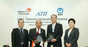 Executive General Manager (EGM) Divisi Digital Service Telkom Arief Mustain (kedua dari kiri) dan Senior Vice President NTT Network Informatin Labs Itadashi Ito sesaat setelah penandatanganan Collaboration Agreement dalam rangka meluncurkan APAC Telecom Innovation Innitiative (ATII) di Tokyo (17/4).