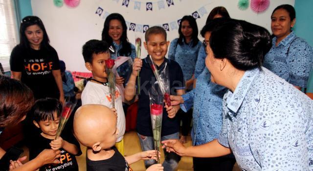 """Acara yang mengangkat tema """"Berkarier dan Berbagi dengan Sesama"""" diadakan dalam rangka menyemarakan Hari Kartini 2017 oleh PT Blue Bird Tbk,  meliputi workshop untuk ibu-ibu yang anaknya menginap di yayasan tersebut, memberikan sarana transportasi untuk operasional, dan memberikan donasi untuk operasional Progam Workshop Kartini Blue Bird. AKTUAL/Munzir"""