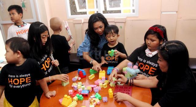 """Koordinator Blue Bird Peduli Noni Purnomo (tengah) bermain bersama anak-anak penderita kanker pada   acara  aksi sosial di Yayasan Harapan Valencia Care Foundation, Tebet, Jakarta, Jumat (21/4/2017). Acara yang mengangkat tema """"Berkarier dan Berbagi dengan Sesama"""" diadakan dalam rangka menyemarakan Hari Kartini 2017 oleh PT Blue Bird Tbk,  meliputi workshop untuk ibu-ibu yang anaknya menginap di yayasan tersebut, memberikan sarana transportasi untuk operasional, dan memberikan donasi untuk operasional Progam Workshop Kartini Blue Bird. AKTUAL/Munzir"""