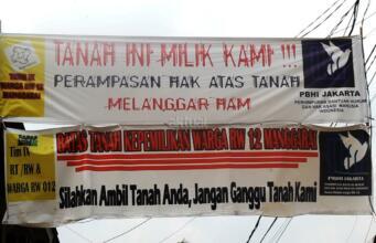 Warga RT 1 RW 12 Jl Saharjo, Manggarai, Jakarta Selatan, menggelar aksi unjuk rasa menolak penggusuran rumahnya oleh PT Kereta Api Indonesia (KAI) Rabu (26/4). Foto: Aktual/Chienk