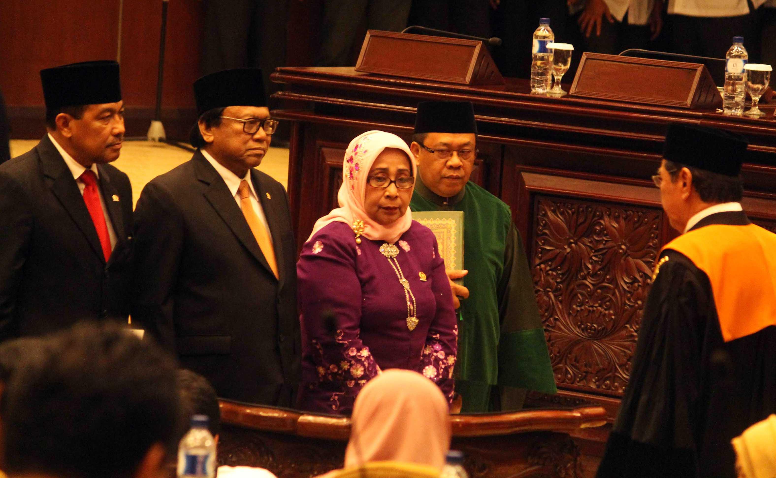 Ketua DPD terpilih Oesman Sapta Odang (kedua kiri) bersama Wakil Ketua I Nono Sampono (kiri) dan Wakil Ketua II Darmayanti (ketiga kiri) diambil sumpah jabatan oleh Wakil Ketua MA Bidang Yudisial M. Syarifuddin (kanan) saat pelantikan Ketua DPD pada Rapat Paripurna DPD di kompleks Parlemen, Jakarta, Selasa (4/4). Oesman Sapta menjadi Ketua DPD menggantikan Mohammad Saleh. AKTUAL/Tino Oktaviano